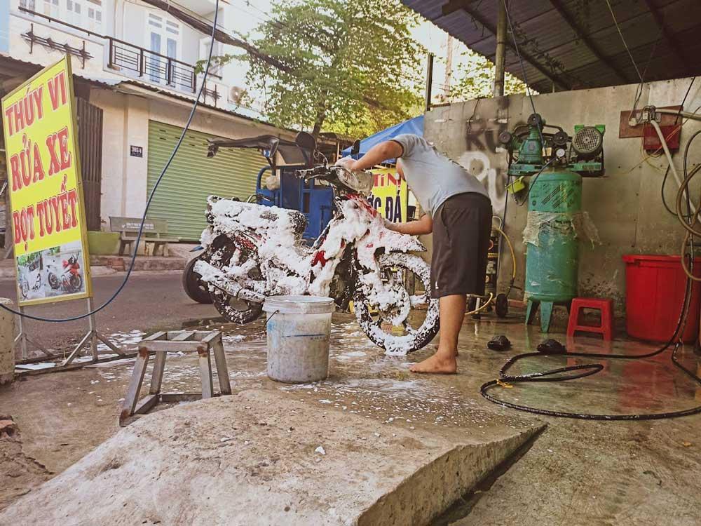 Ai đó đang rửa chiếc xe máy sirius